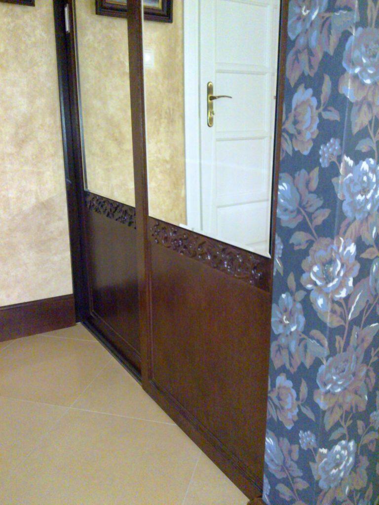 Garderoba z drewna.