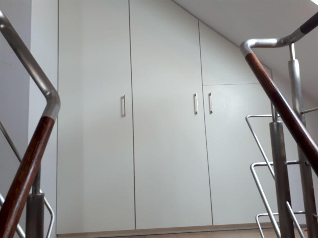 Zabudowa ściany szczytowej na klatce schodowej.