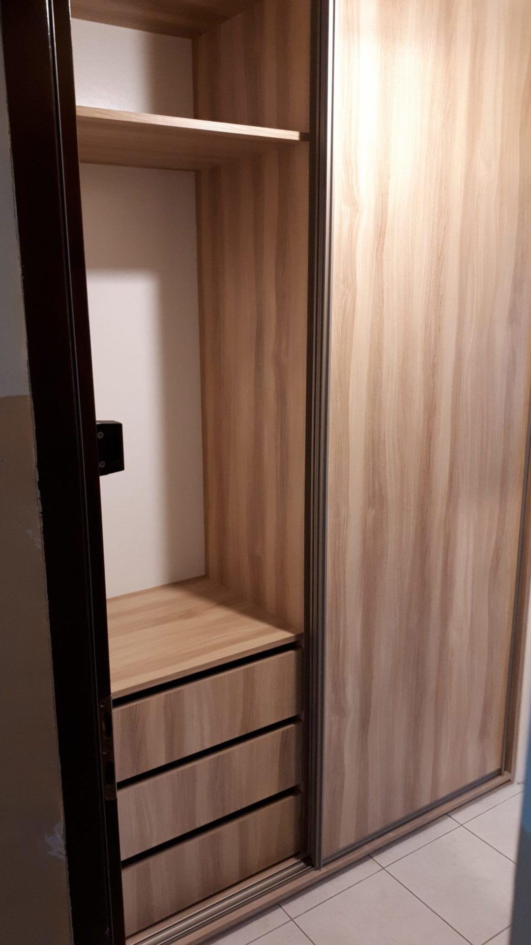 Pokój gościnny, szafa wnękowa.